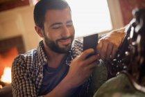 Человек, проверка его сотовый телефон — стоковое фото
