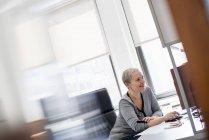 Frau mit Computermaus. — Stockfoto
