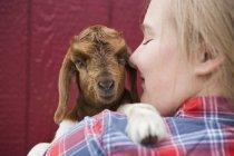 Дівчина обійми Коза — стокове фото