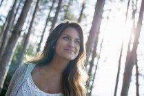 Femme bénéficiant d'une promenade dans une forêt — Photo de stock
