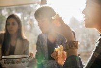Menschen, die an einem Tisch sitzen — Stockfoto