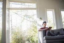 Mann sitzt auf dem Sofa, mit digital-Tablette — Stockfoto