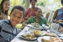 Comer en familia en un jardín - foto de stock