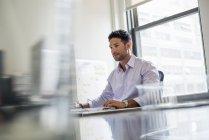 Mann allein in einem Büro zu arbeiten — Stockfoto