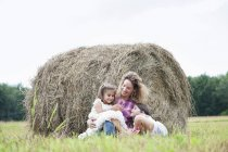 Madre al aire libre con sus hijas - foto de stock