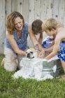 Familie waschen Hund in Wanne — Stockfoto