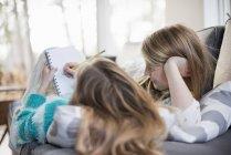 Due ragazze che scrivono nel quaderno — Foto stock