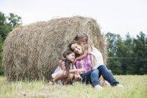 Мать на открытом воздухе со своими дочерьми . — стоковое фото