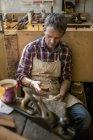 Реставратор старинной мебели в своей мастерской — стоковое фото
