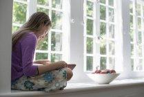 Mädchen liest ein Buch. — Stockfoto