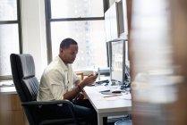 Mann sitzt in einem Büro — Stockfoto