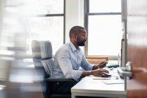 Mann arbeitet in einem Büro — Stockfoto
