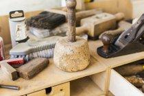 Великий молоток, пензлі й ручні інструменти — стокове фото