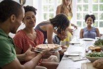 Поділитись їжею сім'ї — стокове фото