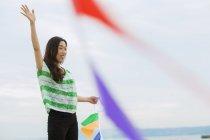 Жінка hoding паперу прапори — стокове фото