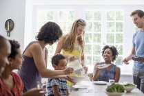 Famiglia intorno a un tavolo da pranzo — Foto stock