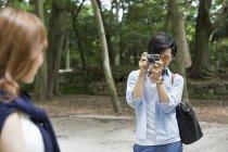 Homme et femme dans le parc de Kyoto — Photo de stock