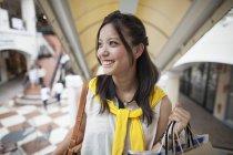Femme sur un voyage de shopping — Photo de stock