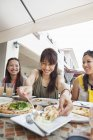 Женщины, наслаждаясь едой — стоковое фото