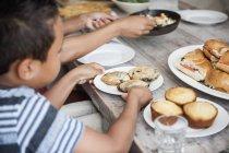 Сім'ї збір для їжі — стокове фото