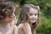 Duas meninas sorridentes — Fotografia de Stock