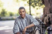Uomo che si rilassa su una panchina — Foto stock