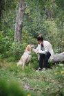 Femme caresser son chien — Photo de stock