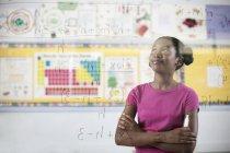 Studenten schreiben Formel und Gleichungen — Stockfoto