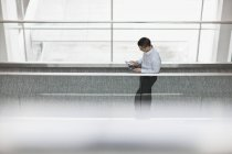 Mann mit digitalen tablet — Stockfoto