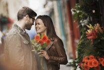 Couple by a flower stall in the city — Stock Photo