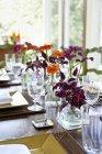 Tisch gelegt für eine Mahlzeit — Stockfoto