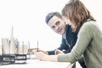 Homme et une femme assis côte à côte — Photo de stock