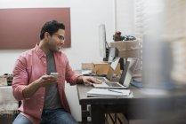 Hombre en una oficina en casa - foto de stock