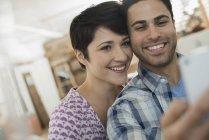 Coppie che propongono per una selfy — Foto stock