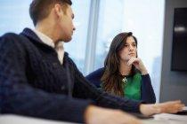 Мужчина и женщина сели за стол переговоров — стоковое фото