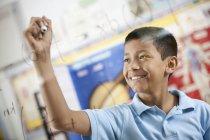 Equações científicas de escrita de menino — Fotografia de Stock