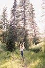 Femme sautant de joie — Photo de stock