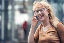 Учасник чемпіонату з мобільний телефон на вулиці — стокове фото