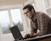 Hispanic Mann mit einem Laptopcomputer — Stockfoto