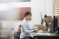 Женщина в домашнем офисе — стоковое фото