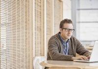 Homme à l'aide d'un ordinateur portable — Photo de stock