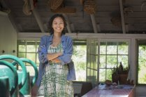 Junge Frau in einer Landhausküche — Stockfoto
