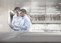 Деловые коллеги с цифровым планшетом — стоковое фото