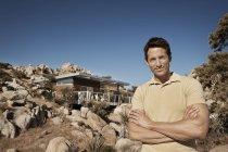 L'homme debout devant un maison eco — Photo de stock