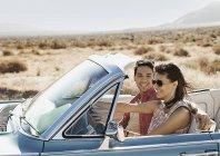 Couple dans une Cabriolet bleue pâle — Photo de stock