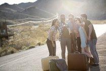 Menschen mit Koffern unterwegs — Stockfoto