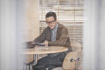 Man using a digital tablet — Stock Photo