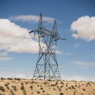 Linhas de energia escriturada pilão alto — Fotografia de Stock