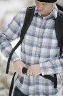 Турист пристегивает ремень закрепляя рюкзак . — стоковое фото