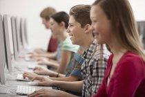 Estudiantes en una clase de informática - foto de stock